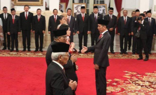 696x439xPresiden-Joko-Widodo-menganugerahkan-gelar-pahlawan-nasional-kepada-ahli-waris-dari-enam-orang-tokoh-di-Istana-Negara-Jakarta-Jumat-1.jpg.pagespeed.ic.1GJ619hEoS